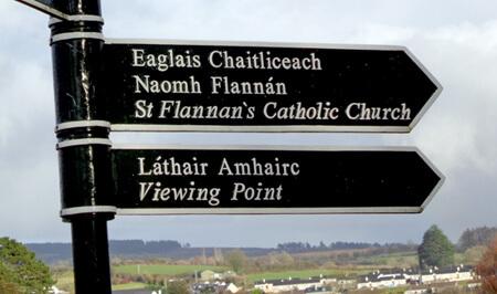 Irische Straßenschilder sind immer zweisprachig. Englisch und Irish-Gälisch.
